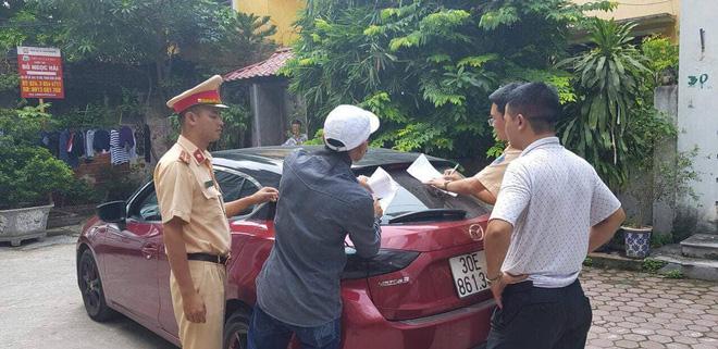 Vụ tài xế ô tô Mazda rú ga, đánh võng ngược chiều trên phố Hà Nội: Công an đến tận nhà đưa tài xế và phương tiện về trụ sở 1