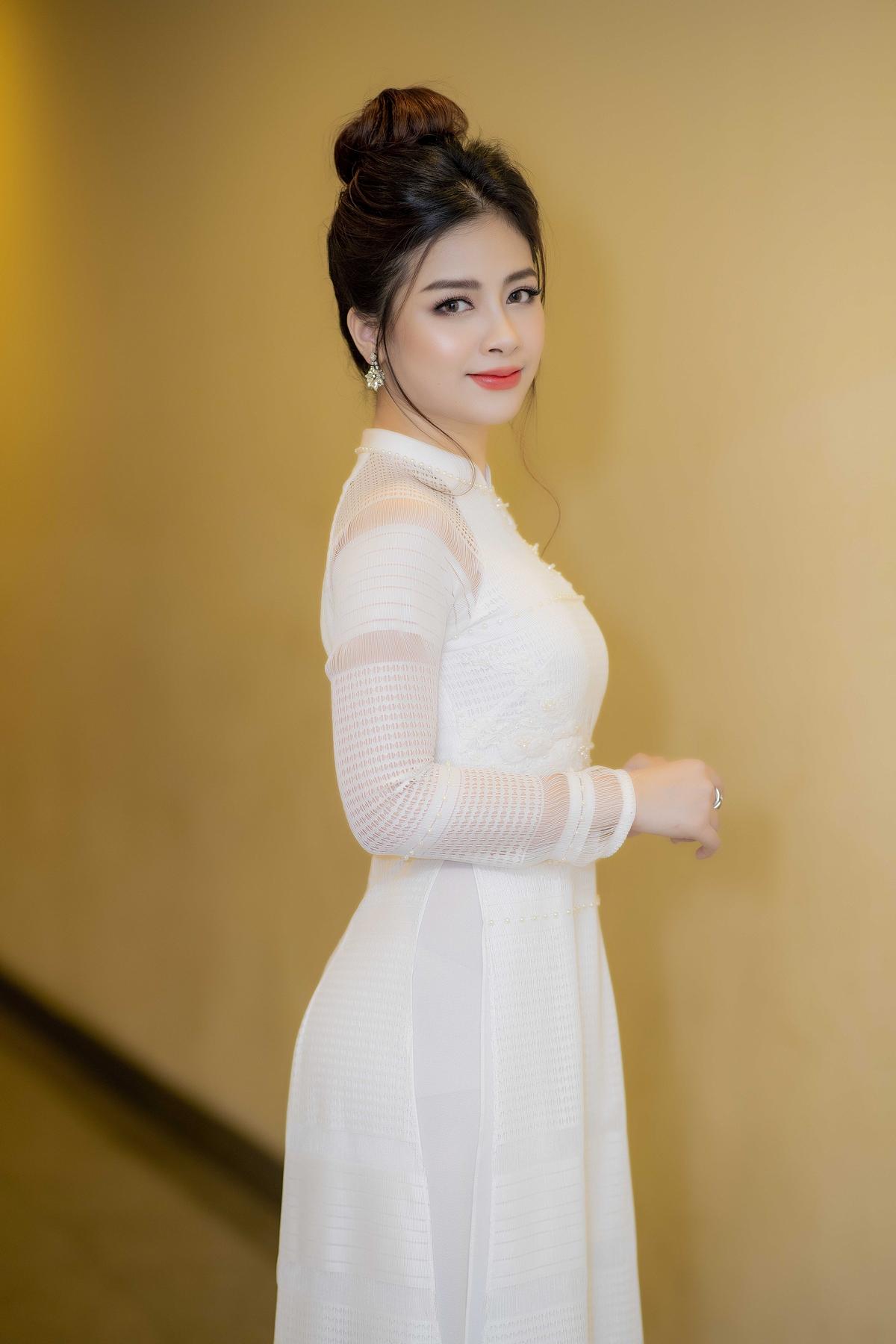 Dương Hoàng Yến khoe thân hình vạn người mê trong áo dài trắng 1