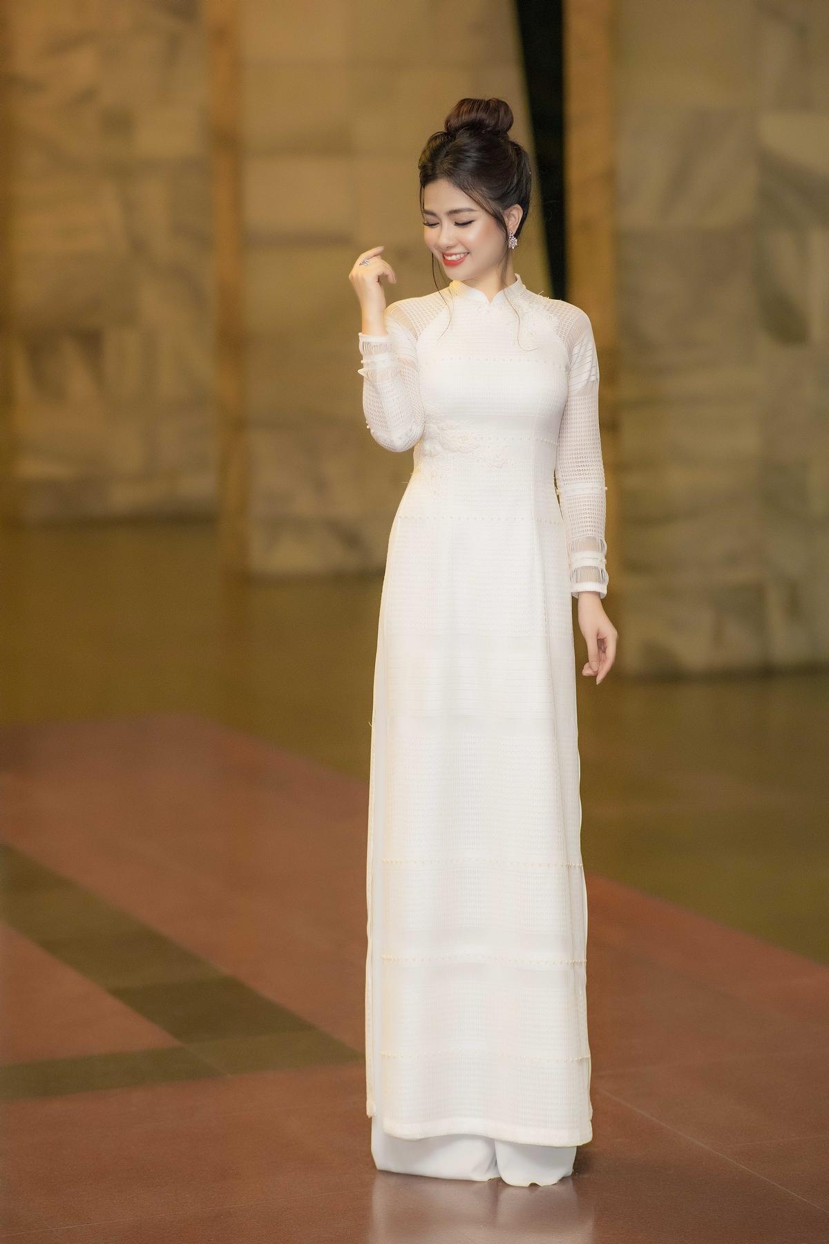 Dương Hoàng Yến khoe thân hình vạn người mê trong áo dài trắng 4