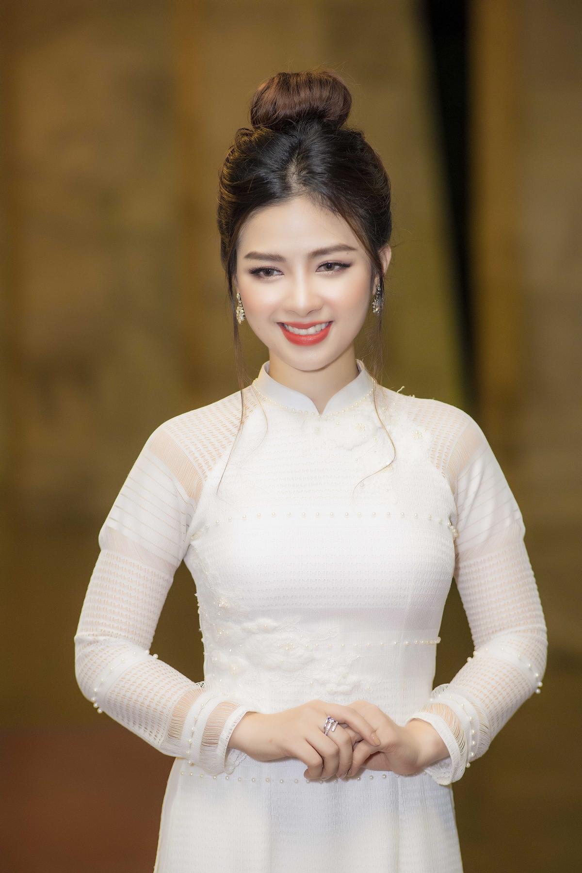 Dương Hoàng Yến khoe thân hình vạn người mê trong áo dài trắng 5