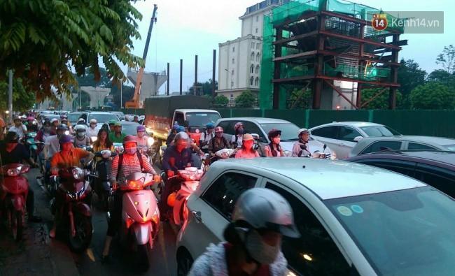 Nhiều tuyến phố Thủ đô tê liệt vì ùn tắc, xe máy ô tô tràn lên vỉa hè để về nhà sau giờ tan tầm 1