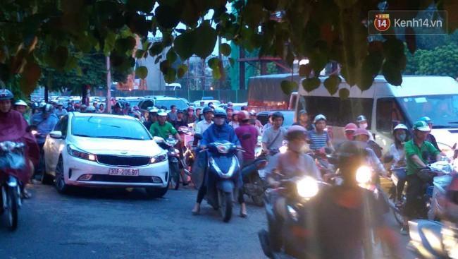 Nhiều tuyến phố Thủ đô tê liệt vì ùn tắc, xe máy ô tô tràn lên vỉa hè để về nhà sau giờ tan tầm 3