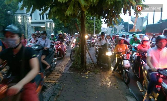 Nhiều tuyến phố Thủ đô tê liệt vì ùn tắc, xe máy ô tô tràn lên vỉa hè để về nhà sau giờ tan tầm 2