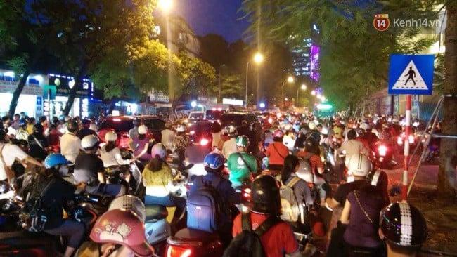 Nhiều tuyến phố Thủ đô tê liệt vì ùn tắc, xe máy ô tô tràn lên vỉa hè để về nhà sau giờ tan tầm 7