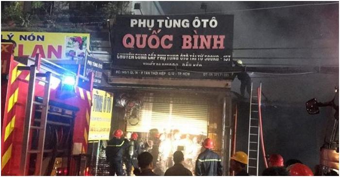 TP.HCM: Cháy cửa hàng phụ tùng ô tô trong đêm, quốc lộ 1 kẹt cứng nhiều giờ 2