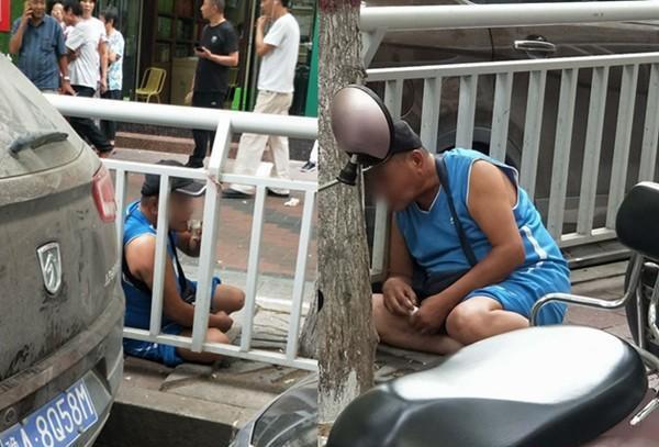Bị bắt vì trộm xe, người đàn ông uống nước tiểu của mình để giả điên 1