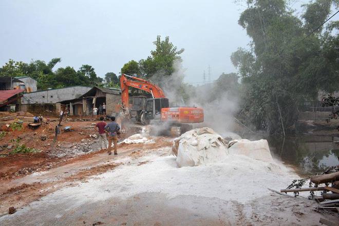 Cảnh tan hoang sau vụ vỡ đập hồ chứa, hàng nghìn mét khối chất thải tràn vào khu dân cư ở Lào Cai 9