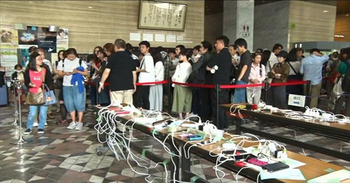 Người Nhật xếp hàng sạc điện thoại vì mất điện do động đất 1