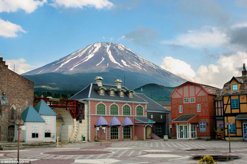 Công viên giải trí bỏ hoang ở Nhật: Nằm cạnh khu rừng tự sát nổi tiếng, bức tượng khổng lồ rùng rợn nằm giữa trung tâm 9