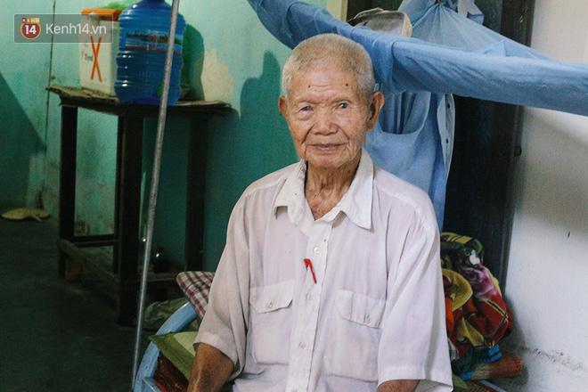 Câu chuyện đáng thương phía sau bức ảnh cụ ông ở Đà Nẵng cứ 20 giờ là tới siêu thị mua cơm thanh lý 10.000 đồng 2