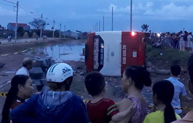 30 người kêu cứu trong chiếc xe giường nằm lật nghiêng ở Bình Định 2