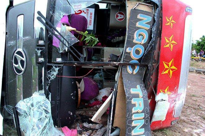30 người kêu cứu trong chiếc xe giường nằm lật nghiêng ở Bình Định 1