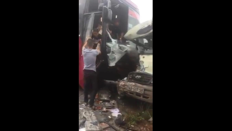Hiện trường vụ tai nạn nghiêm trọng giữa hai xe khách liên tục được dân mạng chia sẻ 1