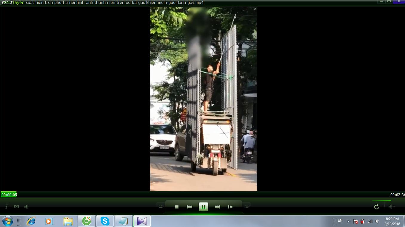 Xuất hiện trên phố Hà Nội, hình ảnh thanh niên trên xe ba gác khiến mọi người