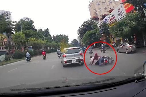 Hà Nội: Ô tô tự dưng tông ngã 2 người đi xe máy rồi phóng mất dạng giữa phố đông 1