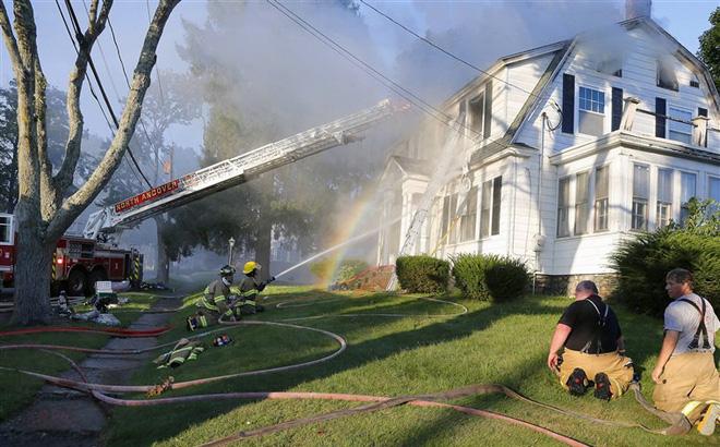 Mỹ: Hơn 70 vụ cháy nổ rung chuyển Boston, hàng trăm người phải sơ tán 1