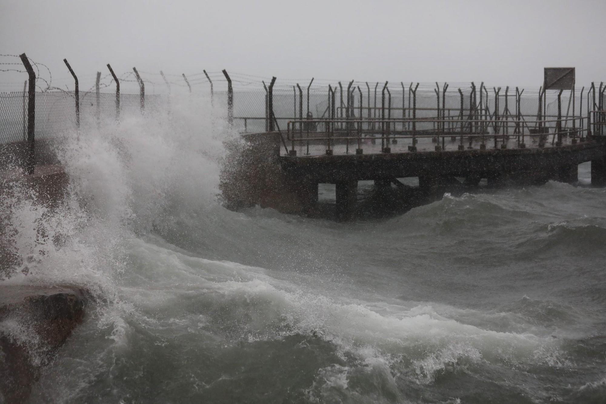 Nóng: Bão Mangkhut đã đổ bộ Hong Kong với từng cột sóng cao đến 14m 2