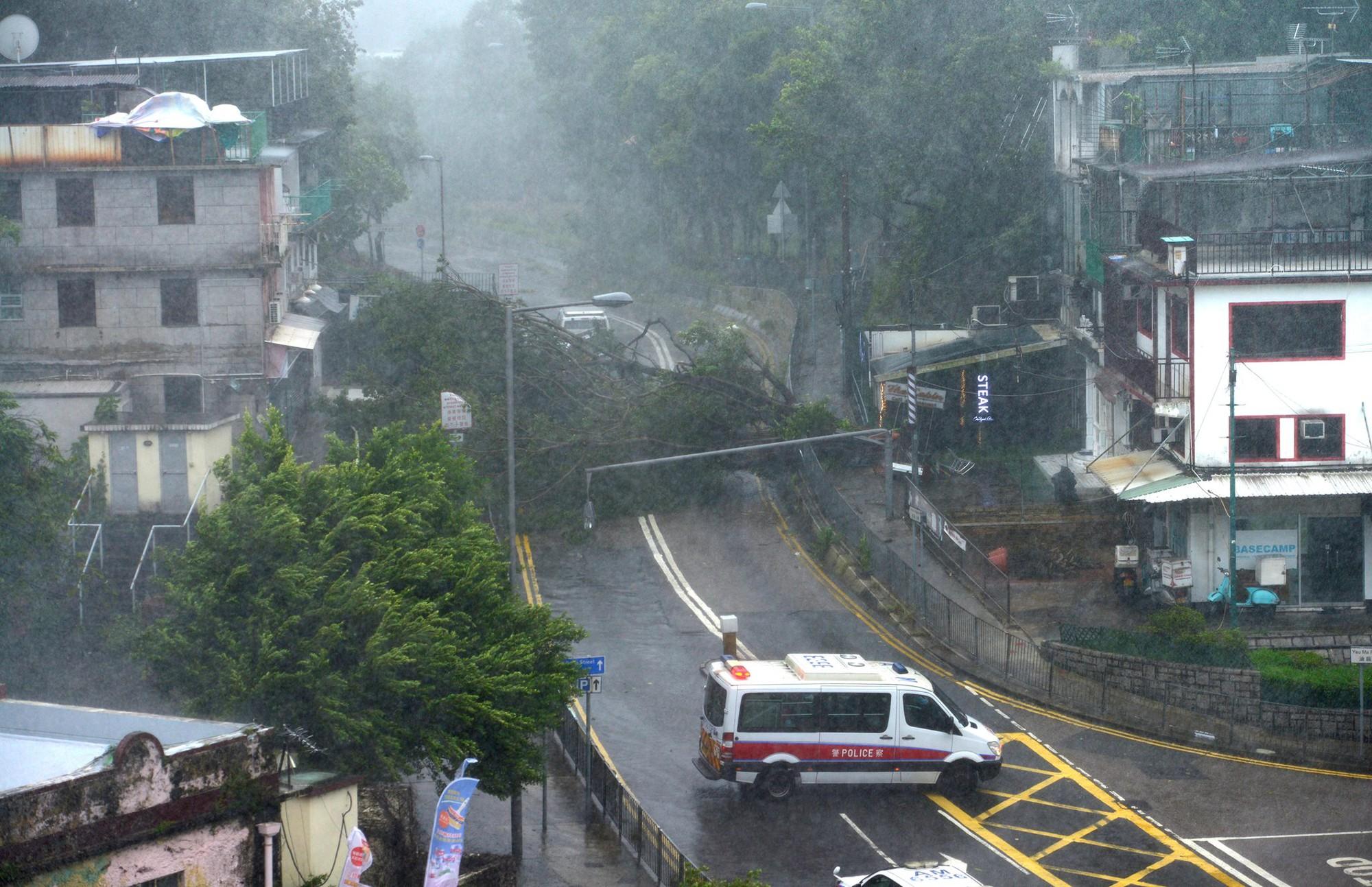 Nóng: Bão Mangkhut đã đổ bộ Hong Kong với từng cột sóng cao đến 14m 1
