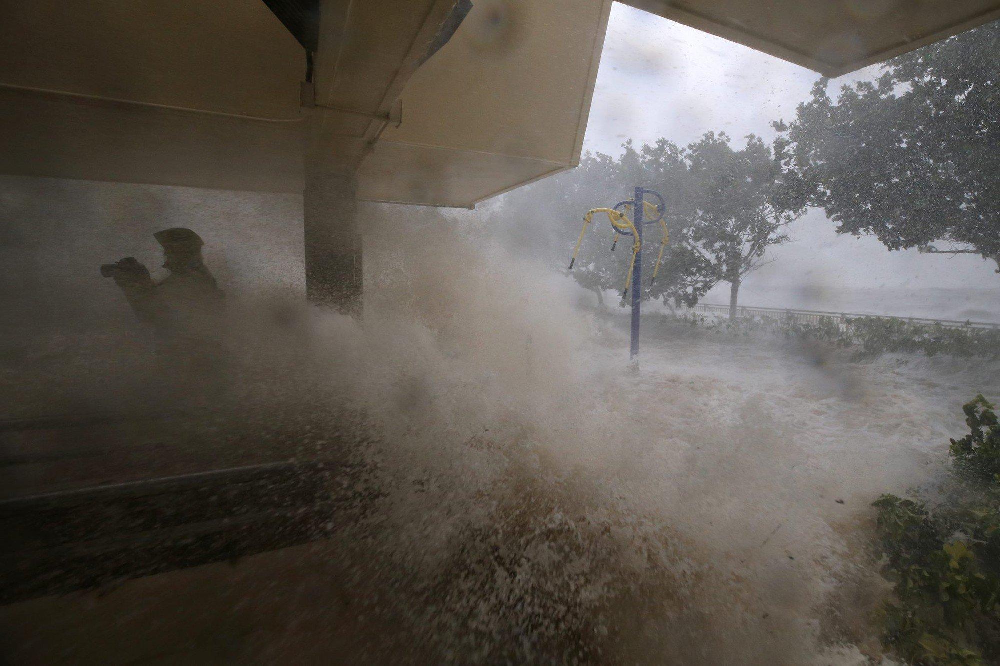 Nóng: Bão Mangkhut đã đổ bộ Hong Kong với từng cột sóng cao đến 14m 4