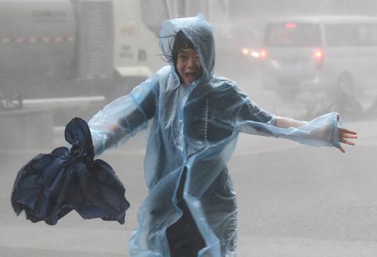 Bão Mangkhut xô nghiêng nhà cửa, người già ở Hồng Kông quyết không sơ tán 10