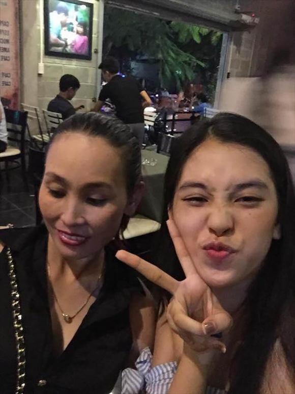 Bố mẹ tân Hoa hậu Việt Nam 2018 gây sốt vì trẻ đẹp, sánh điệu hơn con gái 5