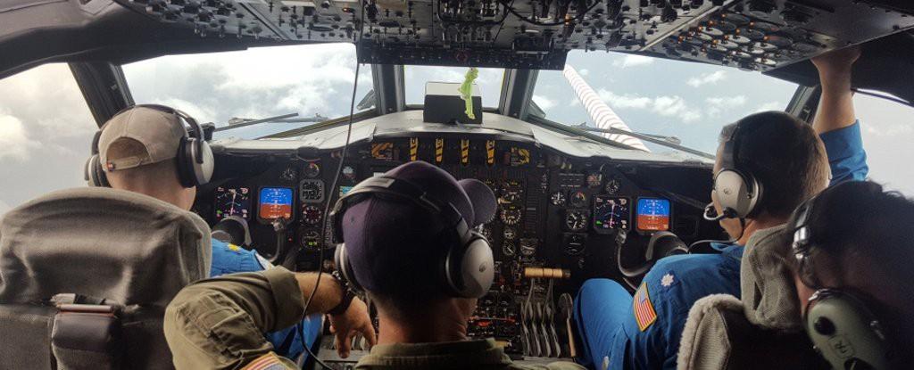 Nghề săn bão - những người bay thẳng vào giữa tâm siêu bão vì mục đích khoa học - Ảnh 5.