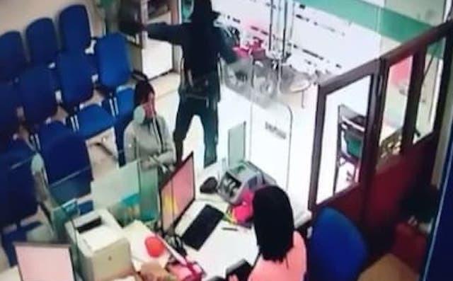 Vụ cướp ngân hàng ở Tiền Giang: Nghi phạm đã uống thuốc diệt cỏ khi bị bắt 1