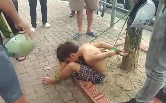 Xôn xao bé trai cởi trần bị trói chân, tay vào gốc cây giữa phố ở Hà Nội 1