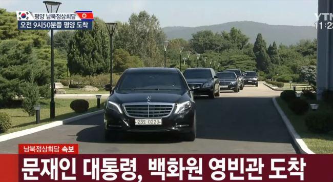 Sau cái ôm nồng ấm, ông Kim và ông Moon cùng ngồi chung xe mui trần về nhà khách chính phủ 1
