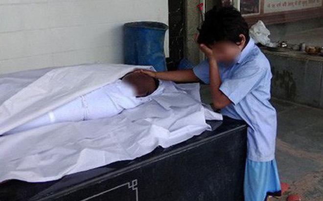 Ấn Độ: Hình ảnh bé trai khóc nức nở bên thi thể bố lan truyền mạnh, cộng đồng hảo tâm quyên góp hơn 10 tỷ đồng chỉ trong 1 ngày 1