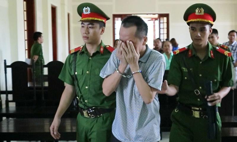 Thầy giáo ôm mặt khóc nức nở sau khi nghe tòa tuyên án 1