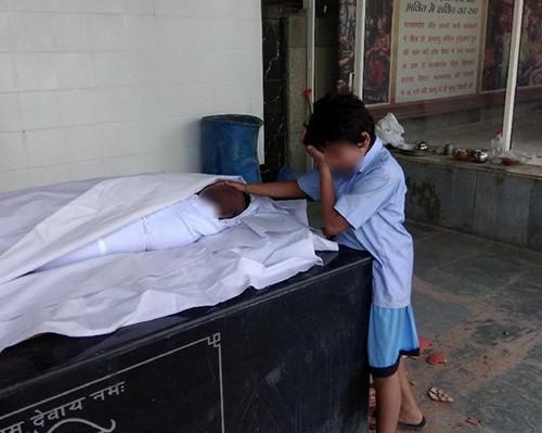 Ấn Độ: Hình ảnh bé trai khóc nức nở bên thi thể bố lan truyền mạnh, cộng đồng hảo tâm quyên góp hơn 10 tỷ đồng chỉ trong 1 ngày 2