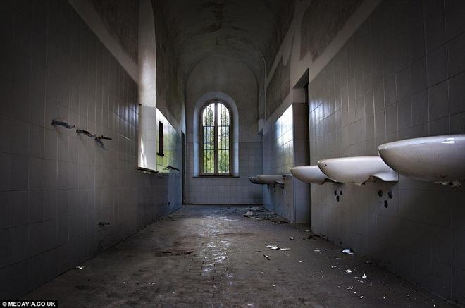 """Bệnh viện tâm thần """"một đi không trở lại"""" ở Ý: Nơi giam giữ 6.000 bệnh nhân, phải đóng cửa vì phương pháp chữa trị vô nhân tính 12"""