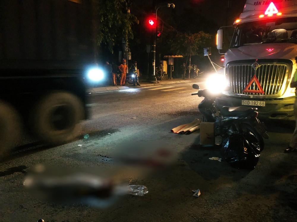 """TP. HCM: Tài xế container và người đi xe máy """"nói chuyện"""" bằng dao sau khi suýt gây tai nạn, 2 người thương vong 2"""