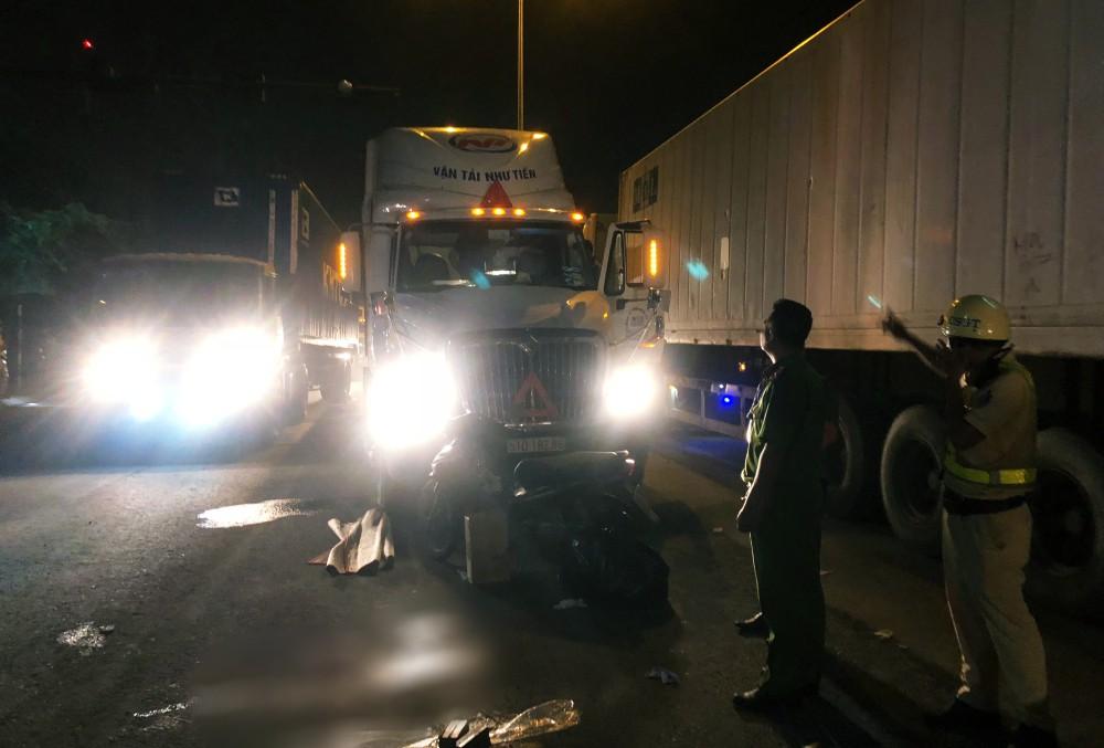 """TP. HCM: Tài xế container và người đi xe máy """"nói chuyện"""" bằng dao sau khi suýt gây tai nạn, 2 người thương vong 1"""