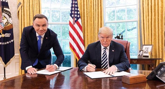 Bức ảnh gây tranh cãi giữa Tổng thống Trump và Tổng thống Ba Lan 1