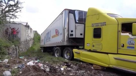 Xe container chở 157 thi thể bị bỏ ở khu dân cư 1