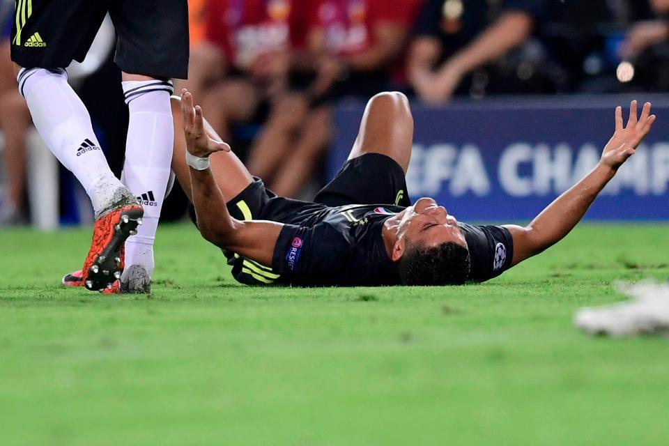 Ronaldo vừa đi vừa khóc tức tưởi vì bị trọng tài đuổi khỏi sân 4