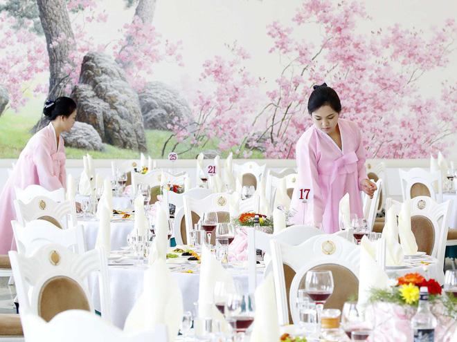 Dàn nữ nhân viên xinh đẹp hút hồn tất bật chuẩn bị tiệc tối cho 2 nhà lãnh đạo liên Triều 3
