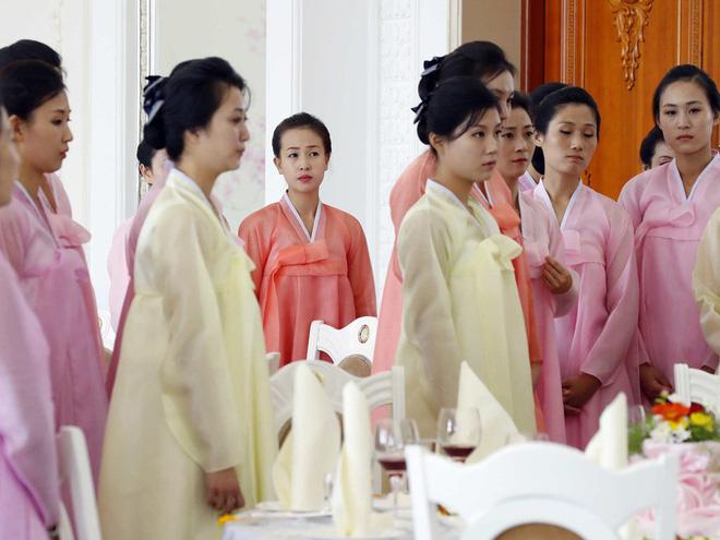 Dàn nữ nhân viên xinh đẹp hút hồn tất bật chuẩn bị tiệc tối cho 2 nhà lãnh đạo liên Triều 4