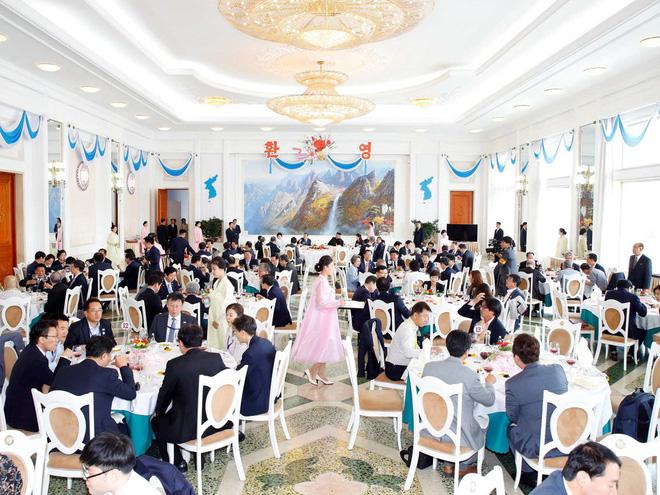 Dàn nữ nhân viên xinh đẹp hút hồn tất bật chuẩn bị tiệc tối cho 2 nhà lãnh đạo liên Triều 8