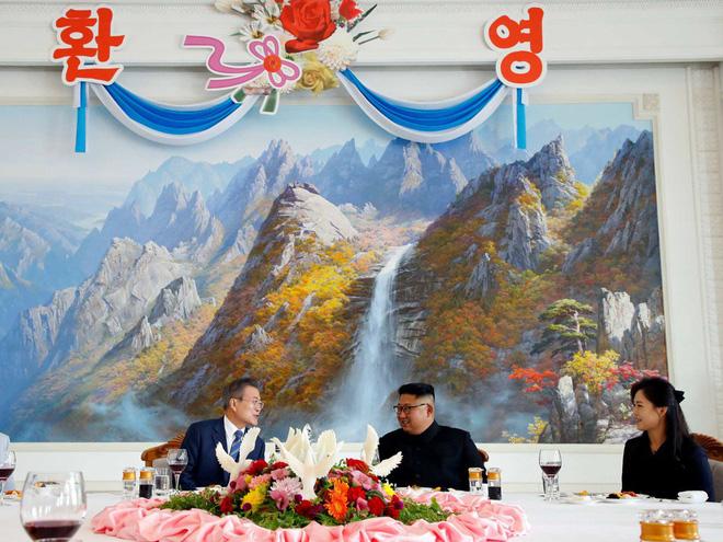 Dàn nữ nhân viên xinh đẹp hút hồn tất bật chuẩn bị tiệc tối cho 2 nhà lãnh đạo liên Triều 9