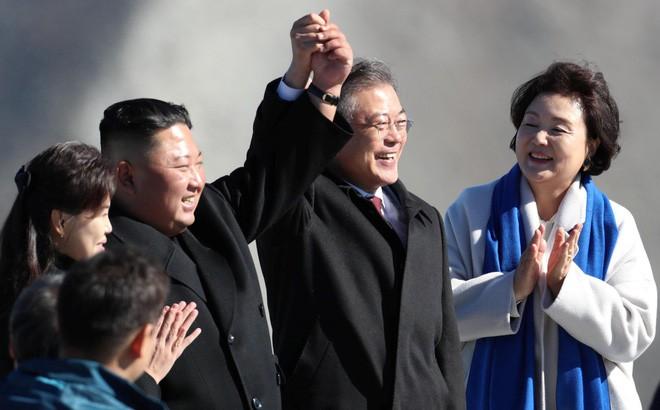 Tiết lộ bất ngờ về bước chân đặt lên đỉnh núi 'thiêng' của Tổng thống Moon Jae-in 2