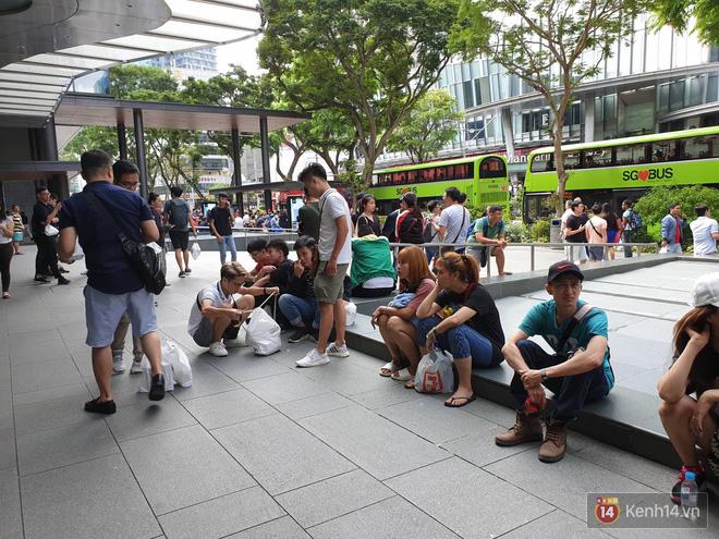 Hình ảnh Vừa mua được iPhone mới, dân buôn Việt Nam đã nháo nhào bán lại máy giá gốc nhưng chẳng ai thèm ngó ngàng số 12