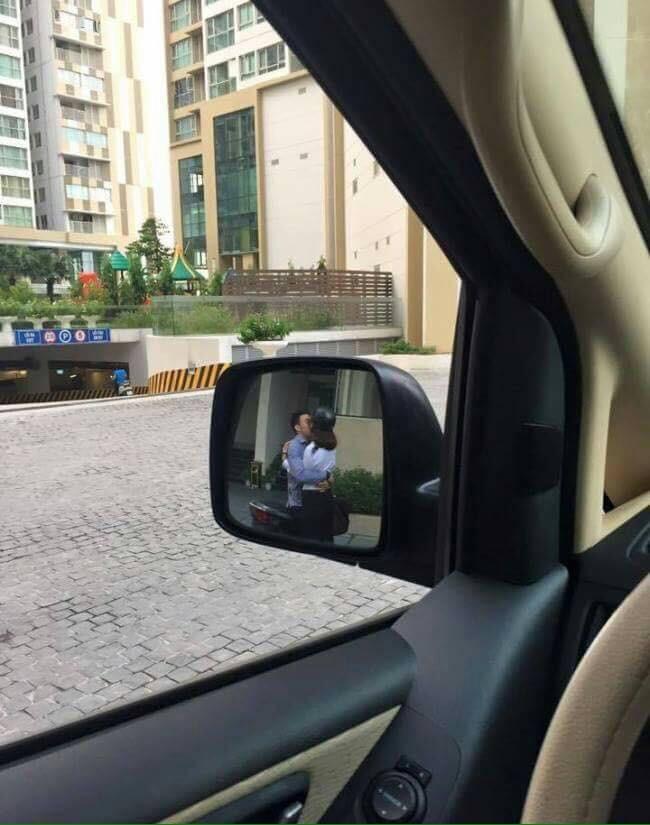 Đang cần lui xe gấp lại gặp cặp đôi hôn nhau thắm thiết chắn đường, tài xế hỏi: 'Theo các mẹ nên bấm còi hay không?' 1