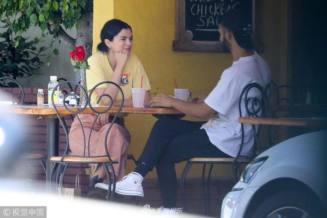 Mặc kệ Justin cưới hỏi, Selena rạng rỡ đi ăn cùng trai lạ và còn nhìn nhau đầy tình tứ 2