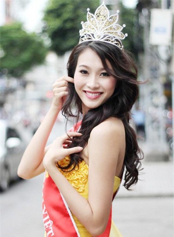 Hoa hậu Việt Nam ngày mới đăng quang: Người bị ném đá về nhan sắc, kẻ được cả truyền thông quốc tế tán dương 12