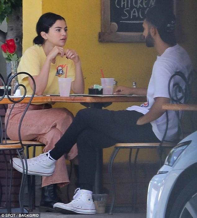 Mặc kệ Justin cưới hỏi, Selena rạng rỡ đi ăn cùng trai lạ và còn nhìn nhau đầy tình tứ 3