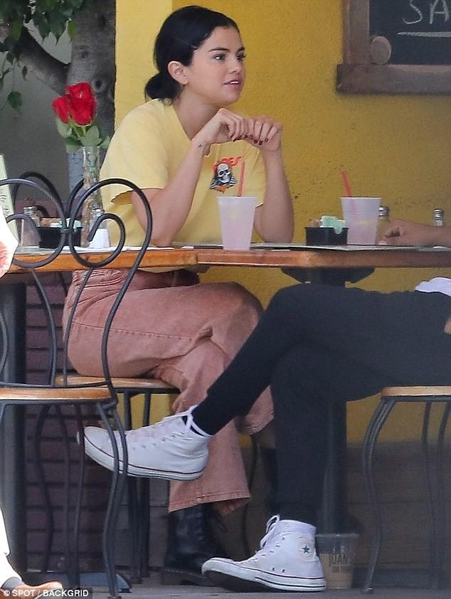 Mặc kệ Justin cưới hỏi, Selena rạng rỡ đi ăn cùng trai lạ và còn nhìn nhau đầy tình tứ 4