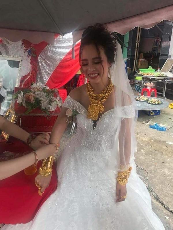 """Cô dâu Hậu Giang gây choáng khi """"trĩu cổ"""" đeo 129 cây vàng được trao làm của hồi môn khiến dân tình vừa 'thương' vừa 'tị' 1"""